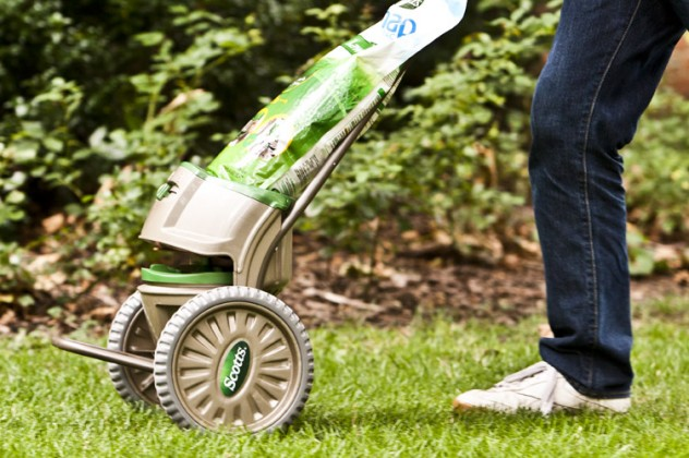 Snap Pac pouch makes lawn spreading simple